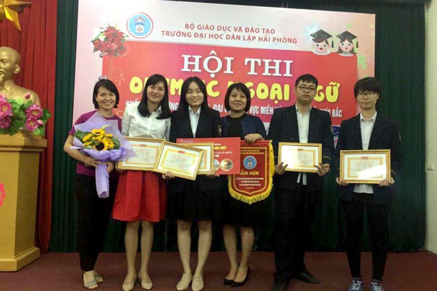 Từ trái sang: cô Đỗ Thị Anh Thư, cô Nguyễn Thị Huyền Trang, Vũ Thùy Dương, cô Hoàng Thị Ngọc Diệp, Phạm Đỗ Đạt, Đào Anh Phương