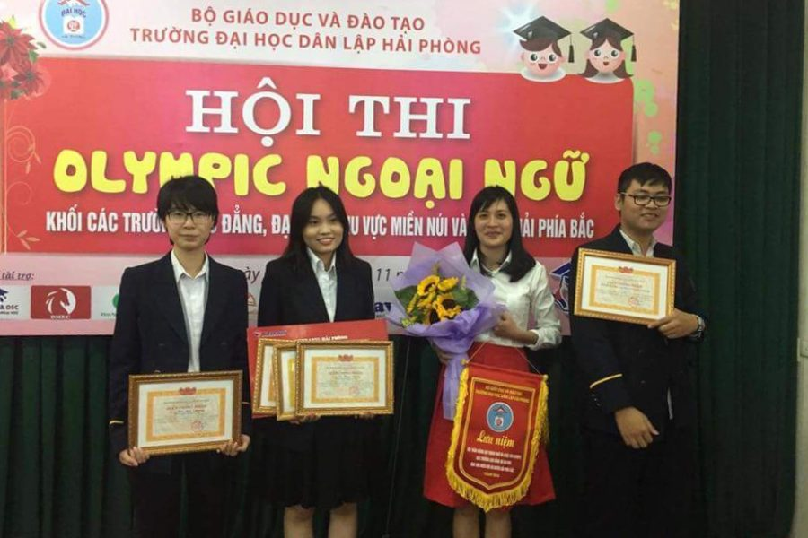 Từ trái sang: Đào Anh Phương, Vũ Thùy Dương, cô Nguyễn Thị Huyền Trang, Phạm Đỗ Đạt